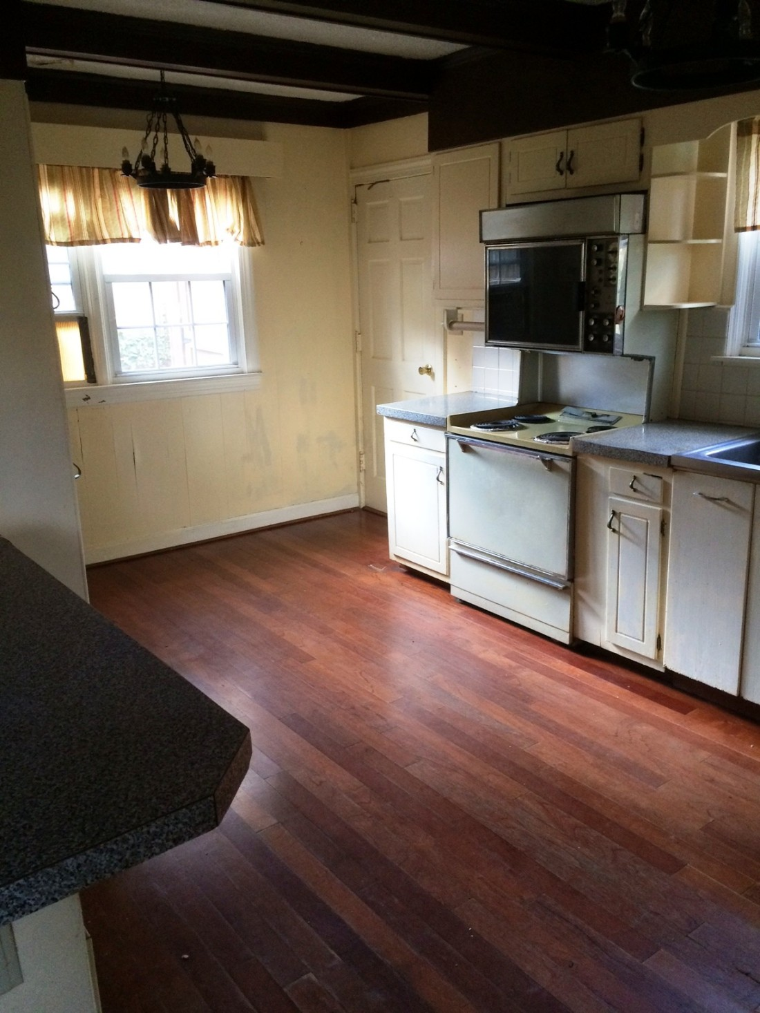 We estimate the original kitchen was last updated in the 1960s.